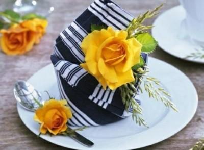 Esszimmer-Tisch-Deko-Ideen-Sommer-Blumen-Serviette-falten-Design-ideen